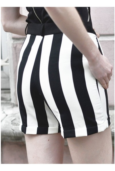 Sofistiqe Siyah Beyaz Çizgili Şort