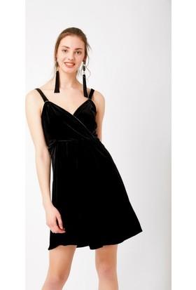 Eka Kruvaze Yaka Askılı Kadife Elbise