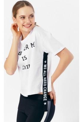 Eka Yazı Baskılı Yanı Şeritli T-Shirt