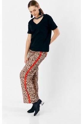 Eka Yanı Şeritli Leopar Desenli Pantolon