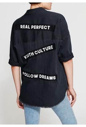 Mavi Slogan Detaylı Siyah Gömlek