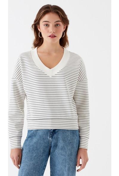Mavi V Yaka Beyaz T-Shirt