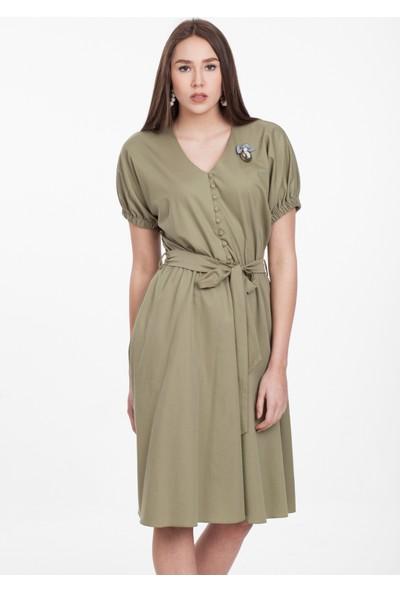 Reaction Exclusive Düğmeli Kuşaklı Broş Detaylı Kadın Haki Elbise 3661