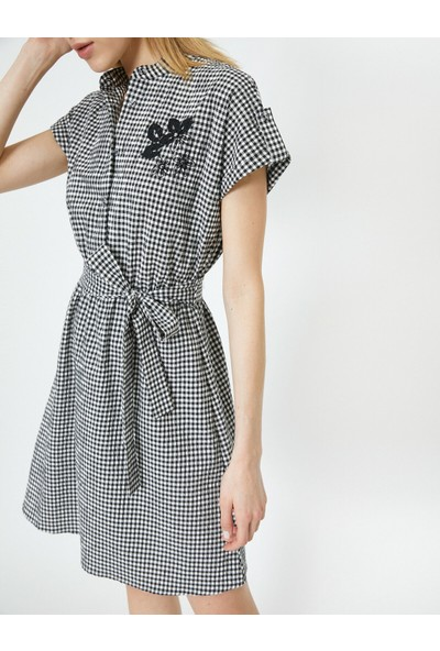 Koton Kadın Yakası Islemeli Pötikare Desenli Kısa Kollu Elbise