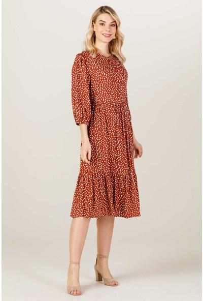 On Sıfır Yaka Pili Detaylı Elbise