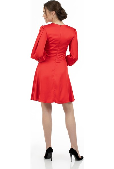 Carmen Kırmızı Saten Balon Kollu Kuşaklı Kısa Abiye Elbise