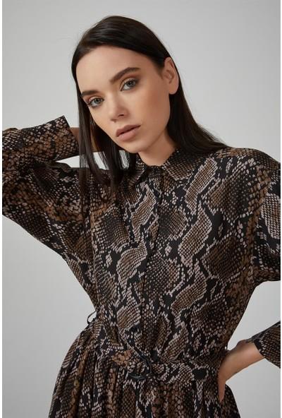 Gusto Gömlek Yakalı Beli Tokalı Animal Desenli Uzun Elbise - Siyah