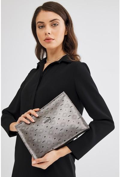 Deri Company Kadın Basic Clutch Çanta Monogram Desenli Logolu Gümüş Siyah (4015G) 214020