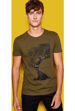 Koton Erkek Desenli Deri Detaylı T-Shirt Yeşil