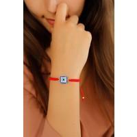 Kırmızı İp Tasarımlı Kare Mavi Taşlı Bayan Bileklik Modeli
