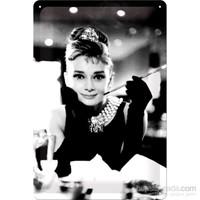Audrey Hepburn Metal Kabartmalı Duvar Panosu