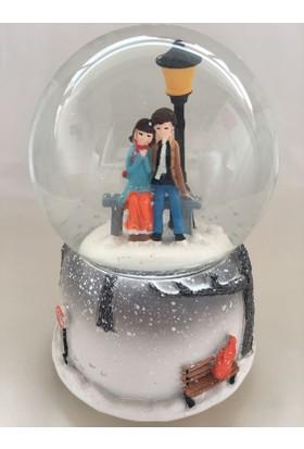 Romantik Sevgililer Temalı Sokak Lambalı Işıklı Kar Küresi ve Müzik Kutusu Kendinde Kar Püskürtmeli
