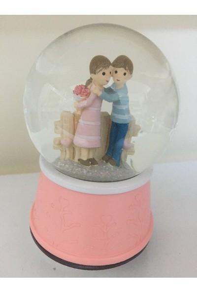 Romantik Çift Kar Küresi