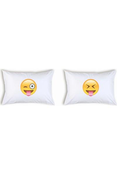 Hediye Mucidi Dil Çıkaran Emoji Çift Yastık Kılıfı