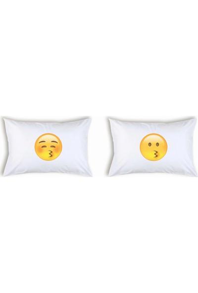 Hediye Mucidi Öpücük Yollayan Emoji Çift Yastık Kılıfı
