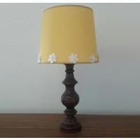 Lambada K242 Çiçek Aksesuarlı Ceviz Renk Torna Ayaklı Keten Şapkalı Abajur Sarı