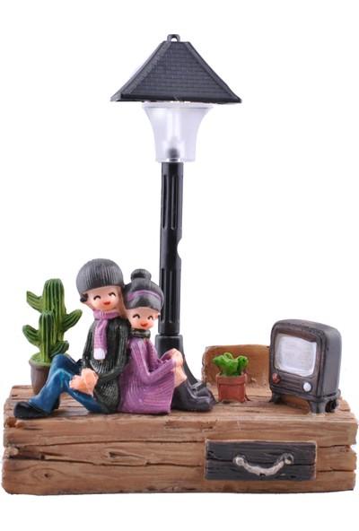 Buffer Işıklı Sokak Lambası Altında Oturan Sevimli Çift Temalı Biblo