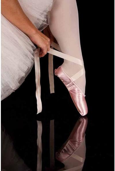 Vizyon Sanat Ayakkabısını Bağlayan Balerin