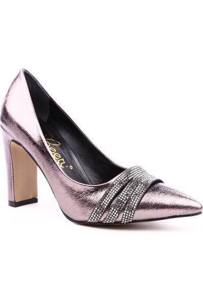 Beety B51.9246 Kadın Sivri Burun Parmak Dekolteli Önü Taşlı Üç Bantlı Topuklu Ayakkabı Platin
