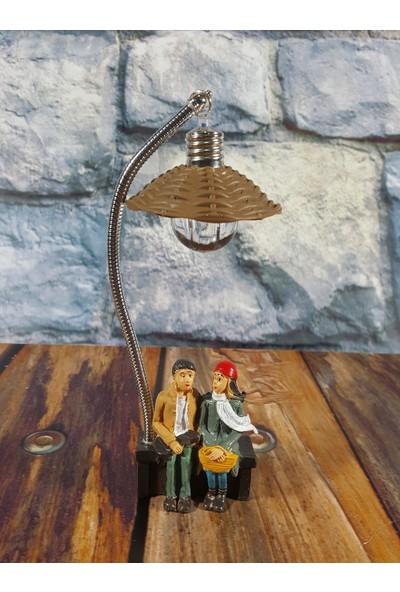 Dizayn Hediye Sokak Lambası Altında Oturan Sevgililer Mini Masa Lambası Model 2