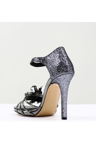 Nellson Jackson Flores Platin Simli Yüksek Topuk Taşlı Bantlı Kadın Abiye Ayakkabı