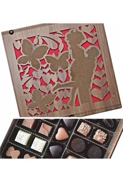 Çikolata Marketi Kelebekli ve Sevgili Figürlü Kalplerle Süslenmiş Ahşap Kutulu Hediye Çikolata