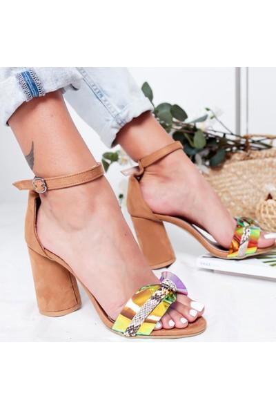 Limoya Elaine Kum Süet Şeffaf Hologram Bantlı Yılan Detaylı Kalın Topuklu Sandalet