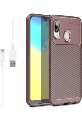 Magazabu Samsung Galaxy A20E Karbon Desenli Lux Negro Silikon Kılıf Kahverengi + Şarj Kablosu + Cam Ekran Koruyucu