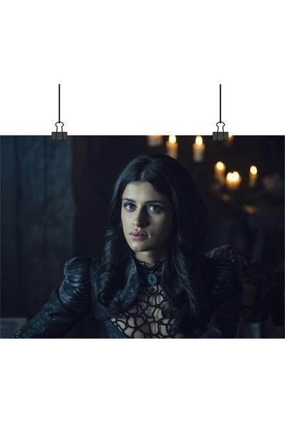 13 Poster The Witcher Dizi Büyücü Yennefer Anya Siyah Elbisesiyle 50 x 70 cm Posteri