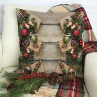 Henge Ahşap Masa Çam Kozalakları İle Noel Hediye Paketleri Yastık Kırlent Kılıfı
