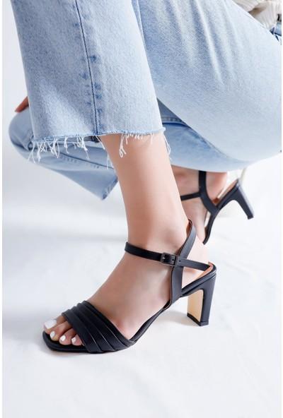 Limoya Corinne Siyah Pileli Bantlı İnce Dikdörtgen Topuklu Bilekten Ayarlanabilir Sandalet