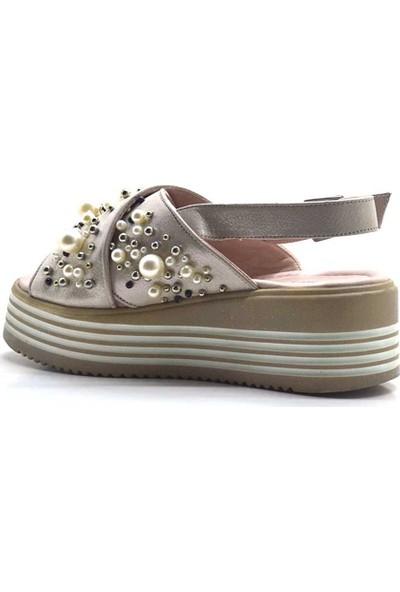 N Trend Parlak Krem Deri Kalın Bantlı Dolgu Topuk Kadın Sandalet