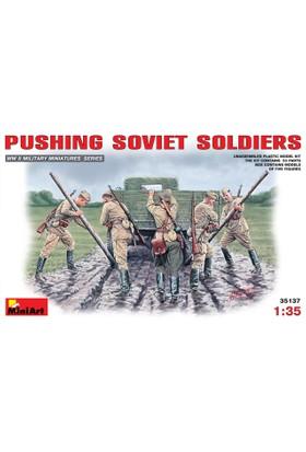 Miniart 1/35 Ölçek Plastik Maket, Sovyet Askerleri Kamyon İterken