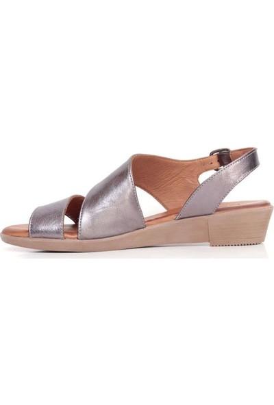 Bueno Shoes Kalın Şeritli Hakiki Deri Kadın Düz Sandalet 9L1508