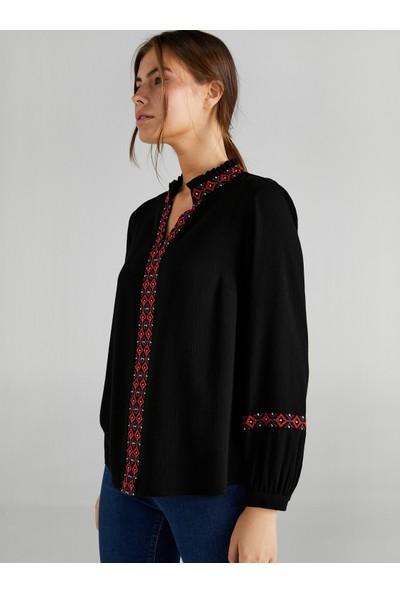 Faik Sönmez Kadın Nakış Detaylı Kaçık Yaka Bluz 61334