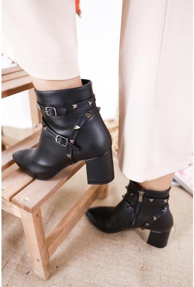 Park Moda Kemer Detaylı Zımbalı Siyah Cilt Topuklu Kadın Bot