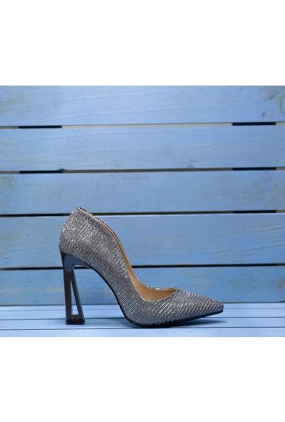 Papuç Simli Platin Üçgen Modelli Topuklu Ayakkabı