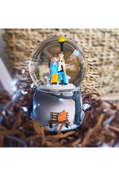 1 Özel Hediye Işıklı Müzikli Bankta Oturan Sevgililer Kar Küresi