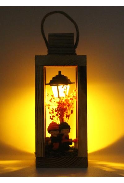 Burdan Eve Teraryum Ahşap Mini Bankta Oturan Sevgili Işıklı