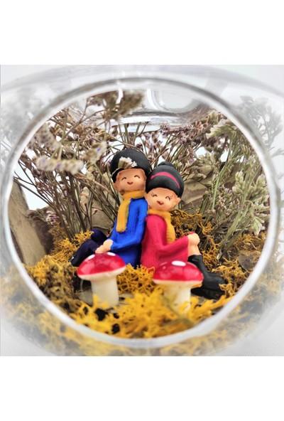 Eba Kuru Çiçek Teraryum Mavili Kırmızılı Sırt Sırta Oturan Çift