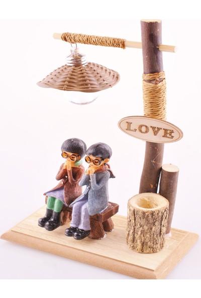 Bbc Bankta Oturan Romantik Aşıklar Temalı Işıklı ve Kalemlikli Biblo
