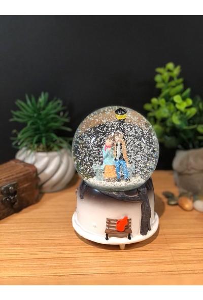 Çiko Toys Sokak Lambası Altında Buluşan Romantik Çiftler Püskürtmeli Müzikli ve Işıklı Büyük Boy Kar Küresi