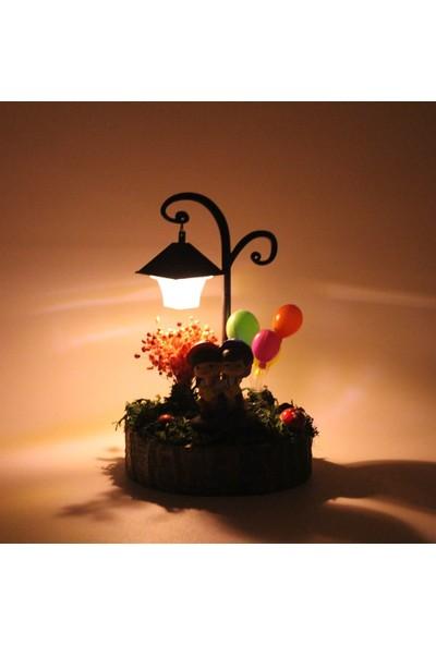 Burdan Eve Kütük Üzerinde Işıklı Bankta Oturan Çift Temalı Balon Detaylı Teraryum