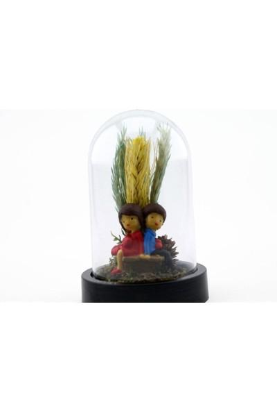 Burdan Eve Mini Kuru Çiçekli Bankta Sırt Sırta Oturan Sevgili Temalı Teraryum 9X14 cm
