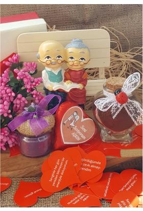 Şirin Bankta Oturan Dede Nine Biblo Sevgiliye Doğum Günü Sepeti - Kolye li