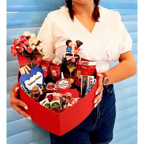 hediyekombini Sevgiliye Yıldönümü Hediyesi Çiçek Çikolata ve Biblo Kutusu Evlilik Tanışma Yıldönümü