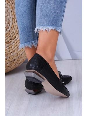 Venüs Metal Aksesuarlı Ökçe Detaylı Siyah Topuklu Kadın Ayakkabı