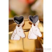 Morvizyon Beyaz At Figürlü Üstü Siyah Kalp Tasarımlı Bayan Küpe