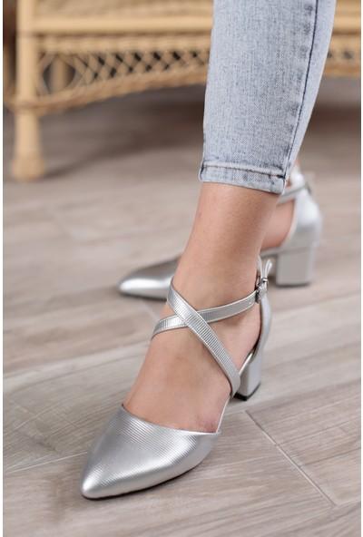 Classy Kadın Gümüş Bilekten Bağlamalı Önü Kapalı Topuklu Ayakkabı